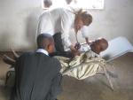 Ιατρός σε ένα πρόχειρο νοσοκομείο εξετάζει τους σοβαρά ασθενείς.JPG